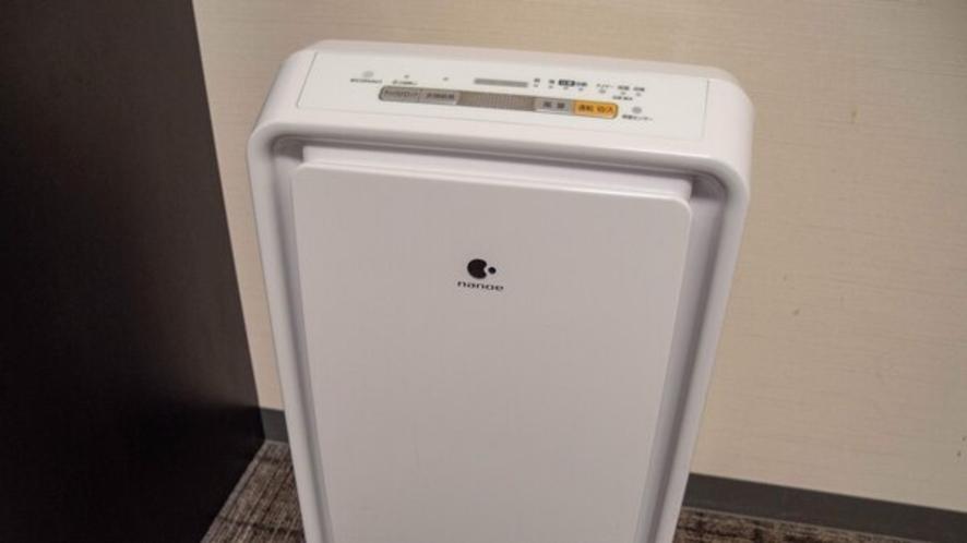 禁煙室には加湿機能付空気清浄機を、喫煙室には天井埋込形ナノイー発生機を設置しております。