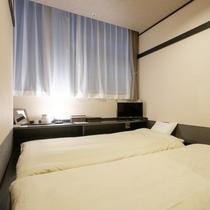 モダンテイストの和室。お布団を敷いて頂くことで2名様にてご宿泊頂くことができます。