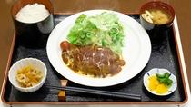 夕食の一例。熱々のハンバーグ定食です。