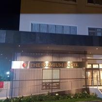 ホテル外観。22:00(L.O21:30)まで1Fレストランは運営しております。