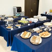 朝食はバイキング形式。和洋折衷で様々なお食事をご提供いたしております。