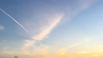 広大な海と空と空港。幻想的な景色をお楽しみください。