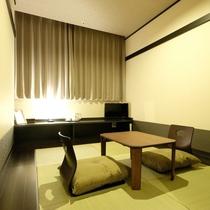 和室。日本らしい和の雰囲気にてゆったりとおくつろぎくださいませ。