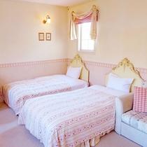 【202 洋室ツイン】白とピンクを基調とした柔らかい雰囲気のプリンセスルーム。(禁煙)