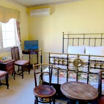 【203 洋室ダブル】クラシカルなパイプのダブルベッドのある禁煙のお部屋です。