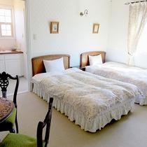 【204 洋室ツイン】ラベンダーの効能である癒しをテーマにしたお部屋です。(禁煙)