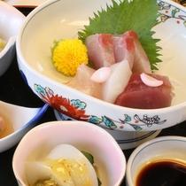 【夕食一例(お造り)】季節によって旬なお魚料理をご用意致します。