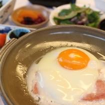 【朝食一例(目玉焼き)】一日のスタートの活力に♪お米に合うおかずをご用意します。