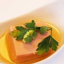 【夕食一例(ごま豆腐)】季節によって旬のものをお出ししております。