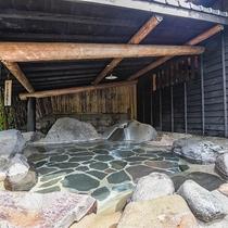 *【露天風呂(思い出の湯)】清流を見下ろしながら「自然」をモチーフにした時を忘れる露天風呂です。