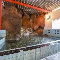 *【内風呂(男性)】迫力のある岩に囲まれた雄大な内風呂です。