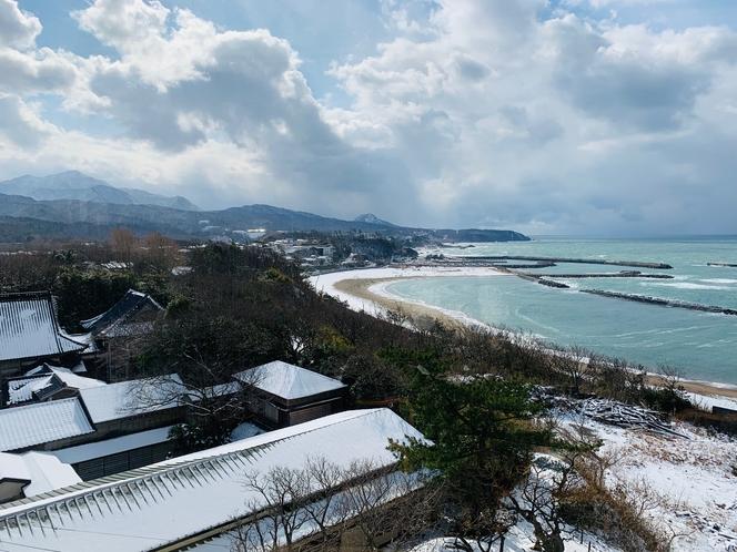 海と雪化粧の海岸