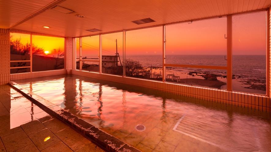 日本海に沈む夕陽を見ながらつかる温かいお風呂は最高!