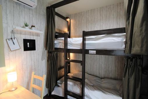 個室 2段ベッドのお部屋シングルユース 共用バスルーム