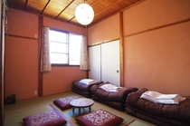 新しい畳の香りがする落ち着いた雰囲気の和室です。最大3名までご利用できます。