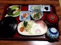 朝食(写真は一例です)地元の食材を活かし、女将が心をこめて、家庭の味をお届けいたします。
