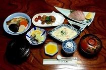夕食(写真は一例です)地元の食材を活かし、女将が心をこめて、家庭の味をお届けいたします。