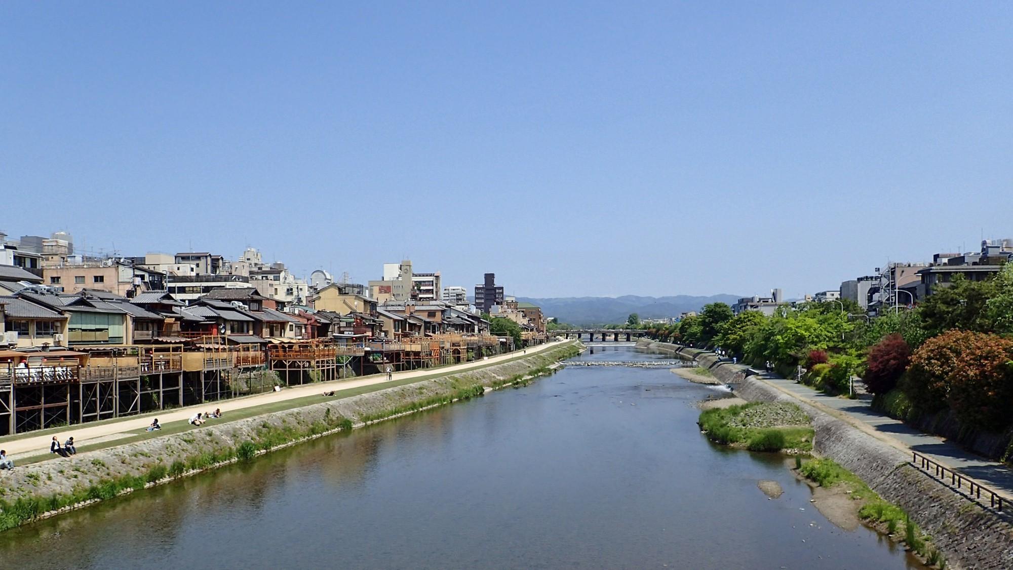 鴨川(ホテルから徒歩約5分)
