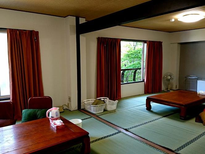 和室22畳の部屋。