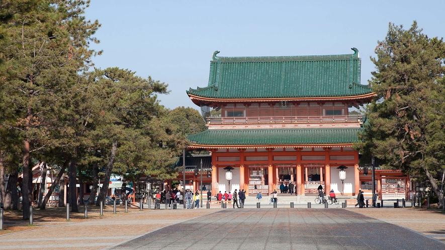 ・平安神宮:朱塗りの社殿が美しく平安京の雅な雰囲気が漂います