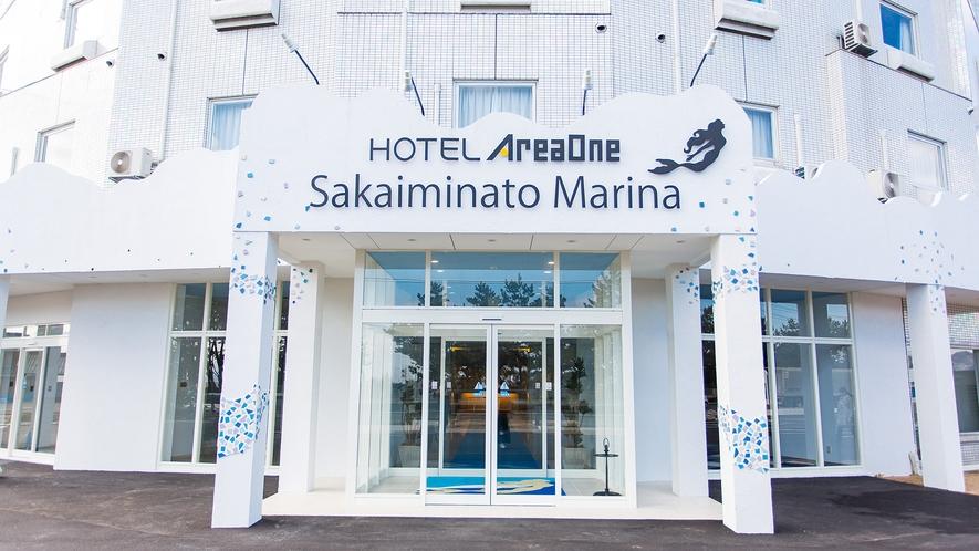 【ホテル外観】正面玄関は海のイメージ