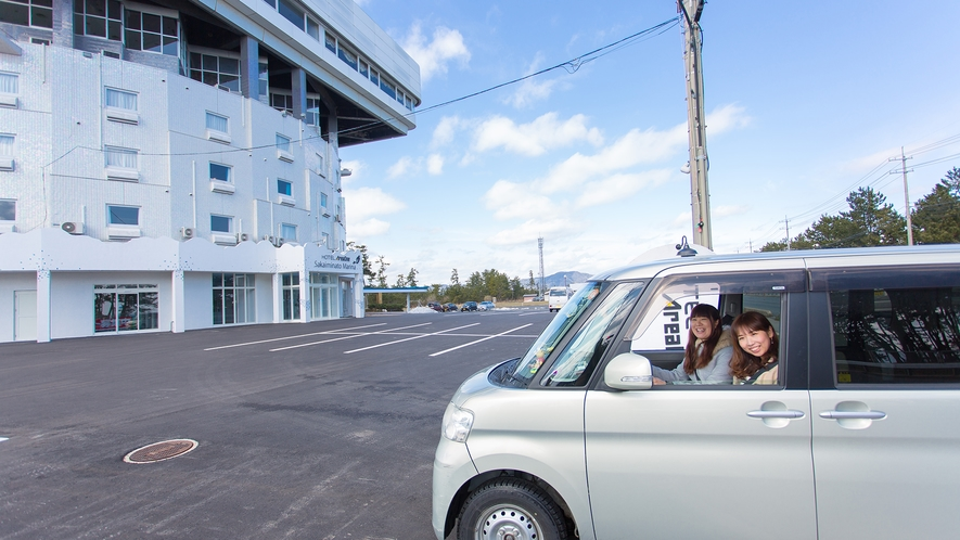 【ホテル外観】広~い無料駐車場は大型車でも大丈夫!