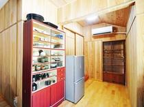 【キッチン】冷蔵庫や食器棚もあるので自炊もOK