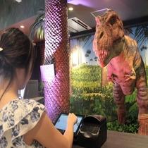 フロント:恐竜ロボットがチェックインを