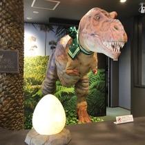 恐竜ロボットがチェックインをサポート!