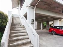 1階は駐車場・お部屋は2階にございます。