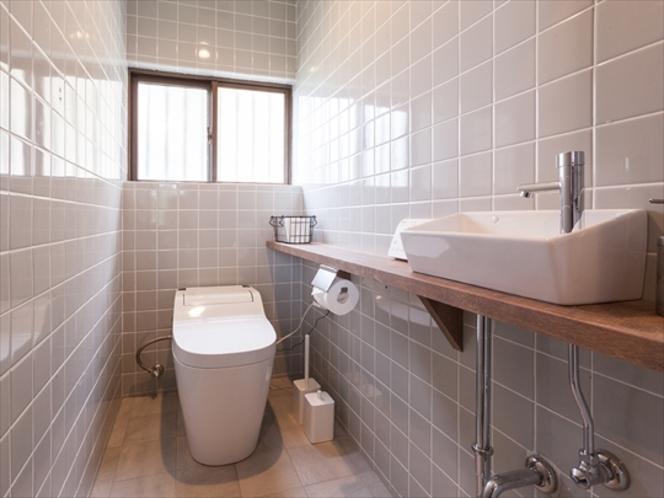 快適なトイレルーム。温水洗浄便座付き。
