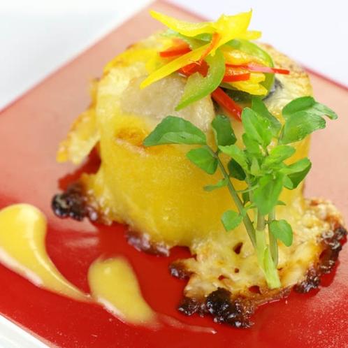 くりぬいたサツマイモの中は、海老、帆立、しいたけなどの具材を京風味噌で仕上げたグラタンです