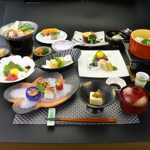【夕食】旬の食材と、月替わりの器もお愉しみくださいませ