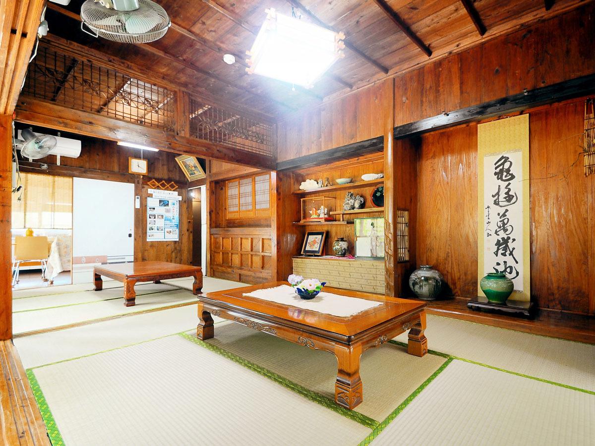 【メイン和室】風情のある空間でお寛ぎいただけます。