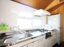 【キッチン】広いキッチンでお料理も楽しめます。