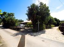 【外観】入口横には今帰仁遊歩道があり、散歩にも最適。