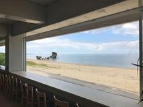 【オンザビーチカフェ】青い海と白い砂浜を眺めながらお食事をお楽しみください♪(施設から徒歩4分です)