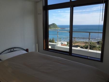 ベッドに寝転んだまま水平線を見渡せる先着1組様限定のカド部屋