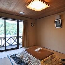 【和室一例(冬季)】10畳タイプの和室です。寒い時期はコタツをご用意♪