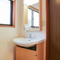*【コテージ一例】洗面所も完備★人数分のアメニティをご用意致します。