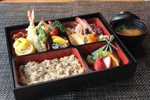 料理人がいない関ロッジがコラボ♪関宿の老舗、山菜おこわが名物の「会津屋」さん(^○^)