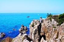 【東尋坊】波によって荒々しくカットされた断崖絶壁が迫力満点です。