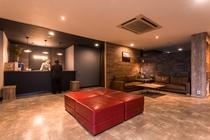【フロントロビー】開放的な空間でお客様をお迎えします。