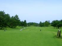 【福井カントリークラブ】丘陵コースで、大きな松や杉でセパレートされた人気ゴルフ場です。