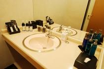 【洗面台】広々していて、アメニティも豊富です。