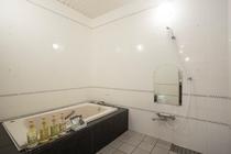 【広い浴室】洗面・トイレと独立、浴槽はジェットバス機能付きです。