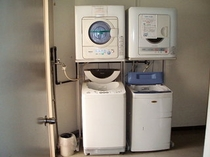 1Fにランドリー3台設置。洗剤、乾燥機込みで¥300