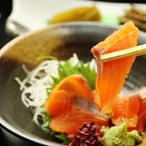 上手に捌いたニジマスは、川魚特有のクセや臭みも無く、新鮮さが際立ちます