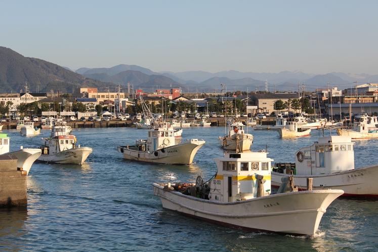 漁船 出港風景