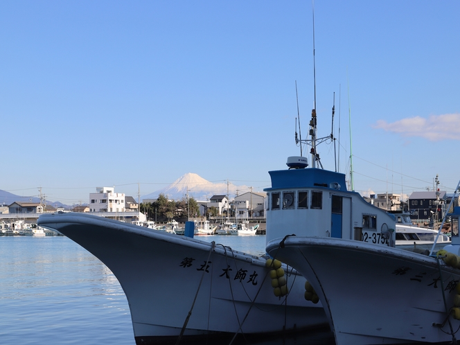 用宗漁港から望む富士山